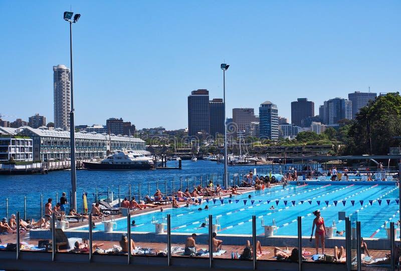 Ragazzo Charlton Public Pool, baia di Woolloomooloo, Sydney, Australia immagini stock