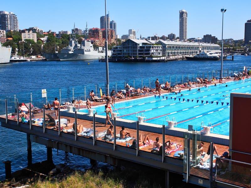 Ragazzo Charlton Public Pool, baia di Woolloomooloo, Sydney, Australia immagine stock