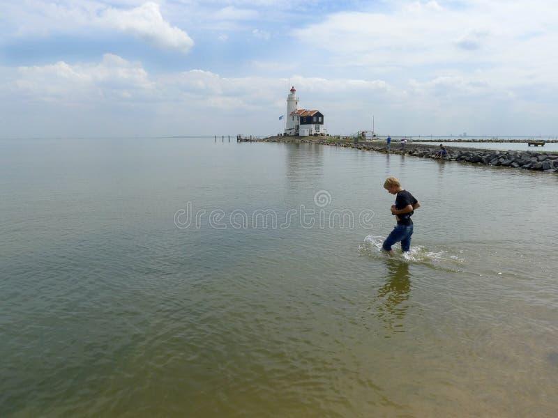 Ragazzo che cammina in acqua fotografie stock libere da diritti