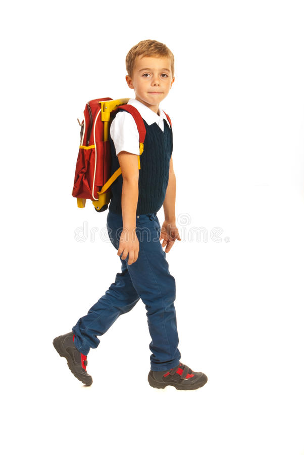 Ragazzo che cammina alla scuola fotografia stock