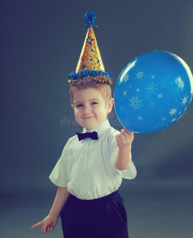 Ragazzo che celebra il compleanno fotografia stock libera da diritti