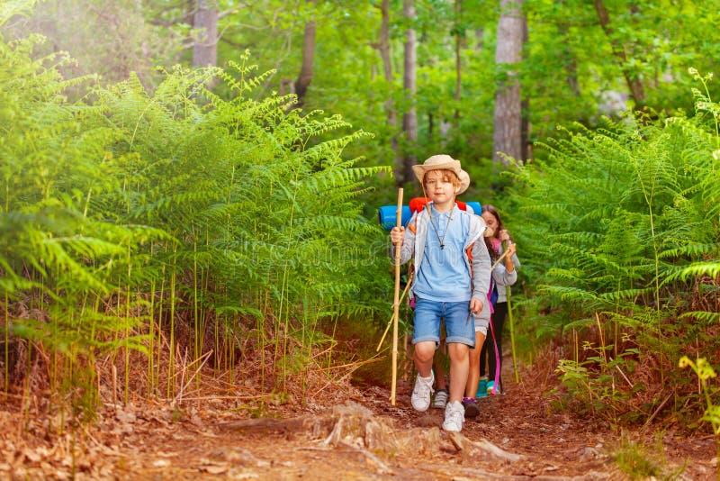 Ragazzo che conduce un gruppo di bambini sulla traccia di escursione immagini stock libere da diritti