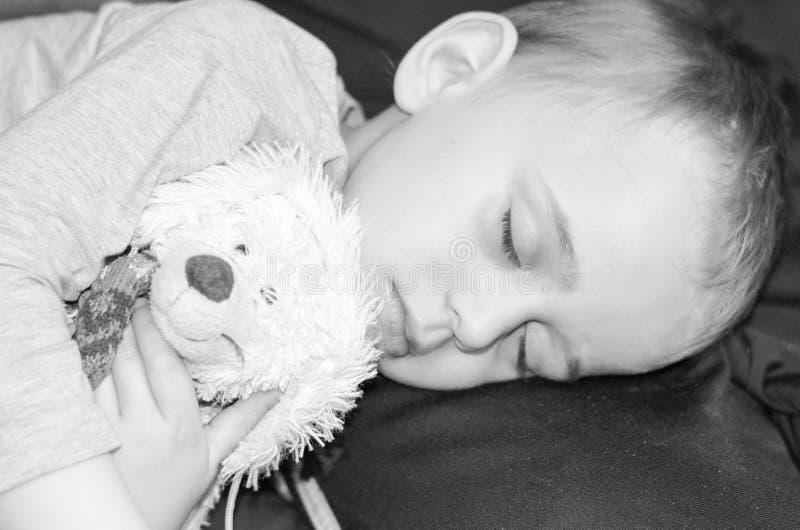 Ragazzo che dorme con il giocattolo fotografia stock libera da diritti