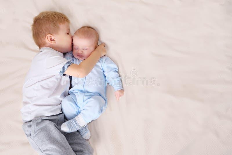 Ragazzo che dorme vicino al bambino immagini stock libere da diritti