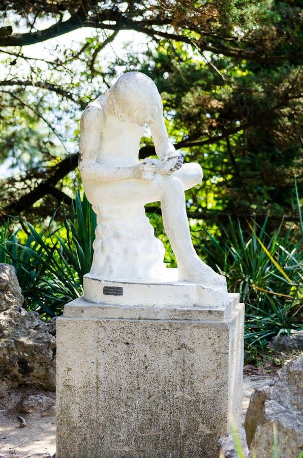 Ragazzo che elimina una scheggia scultura immagini stock libere da diritti