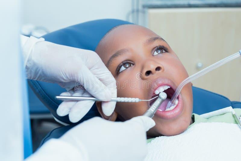 Ragazzo che fa i suoi esaminare denti dal dentista fotografia stock
