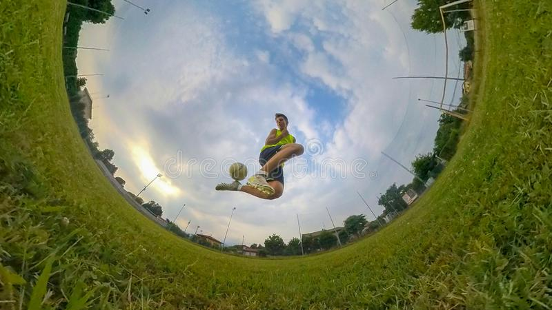Ragazzo che gioca gioco del calcio immagini stock