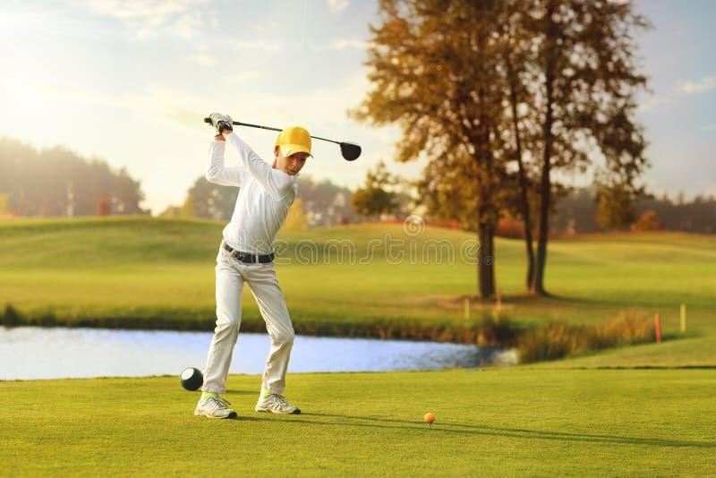 Ragazzo che gioca golf immagine stock libera da diritti