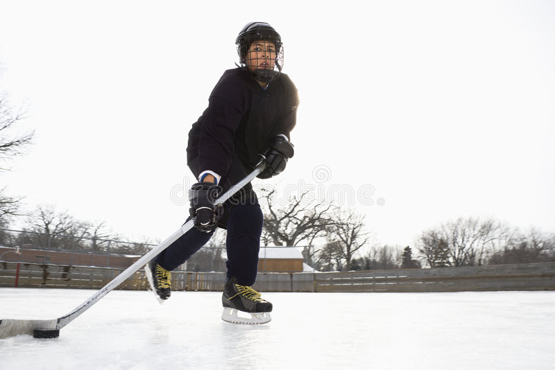 Ragazzo che gioca il hokey di ghiaccio. fotografie stock libere da diritti
