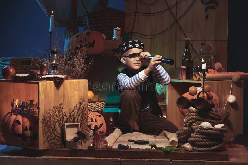 Ragazzo che gioca sulla notte di Halloween immagine stock libera da diritti