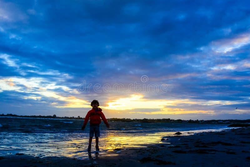Download Ragazzo Che Gioca Sulla Spiaggia Al Tramonto Fotografia Stock - Immagine di ragazzo, spiaggia: 56886880