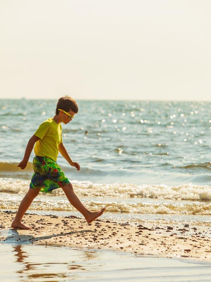Ragazzo che gioca sulla spiaggia in Carolina del Sud america fotografia stock