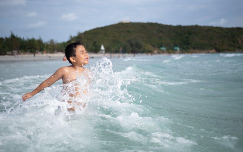 Ragazzo che gioca sulla spiaggia sabbiosa Bambino felice sulle vacanze alla spiaggia sulle vacanze estive Bambini in natura con i fotografia stock libera da diritti