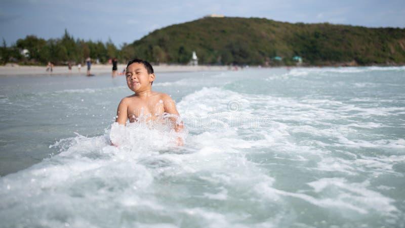 Ragazzo che gioca sulla spiaggia sabbiosa Bambino felice sulle vacanze alla spiaggia sulle vacanze estive Bambini in natura con i fotografie stock