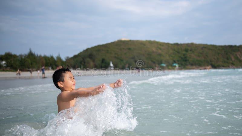 Ragazzo che gioca sulla spiaggia sabbiosa Bambino felice sulle vacanze alla spiaggia sulle vacanze estive Bambini in natura con i immagini stock libere da diritti