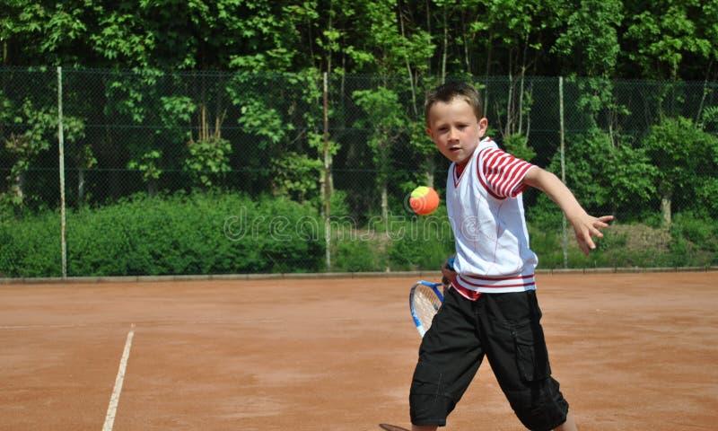 Ragazzo che gioca tennis fotografia stock libera da diritti