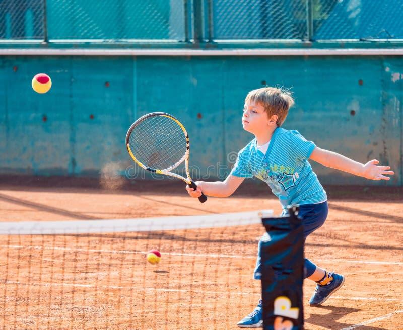 Ragazzo che gioca tennis immagini stock libere da diritti