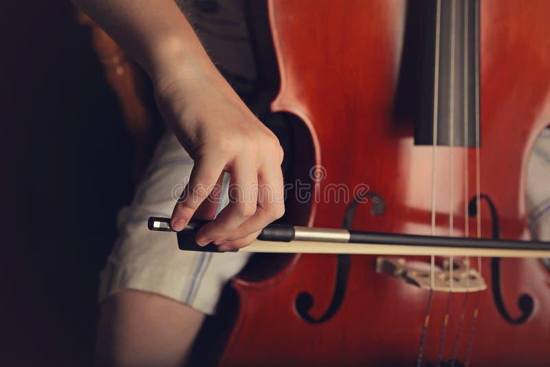 Ragazzo che gioca violoncello immagine stock libera da diritti