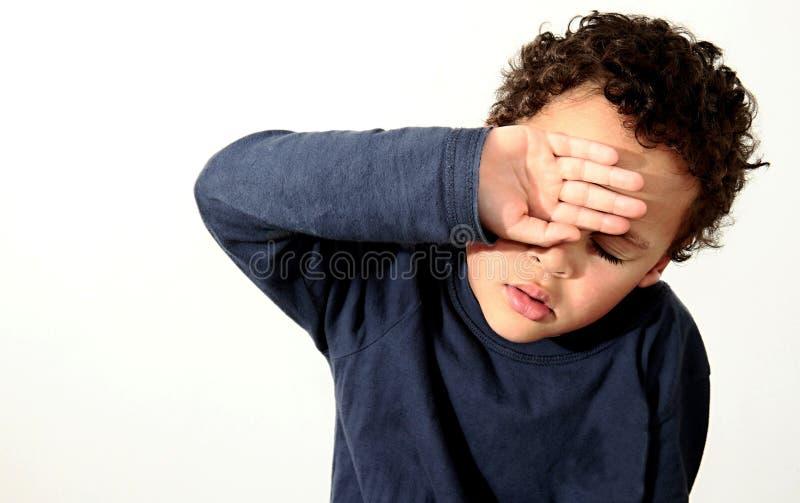 Ragazzo che grida nella povertà con gli strappi in sua foto di riserva degli occhi fotografia stock libera da diritti
