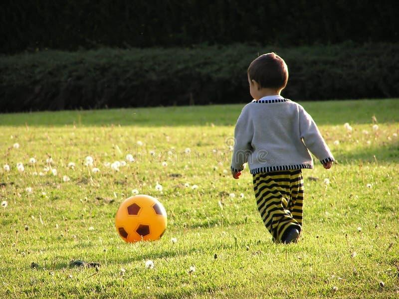 Ragazzo che impara calcio immagine stock