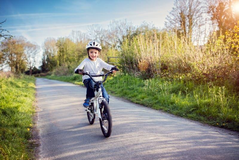 Ragazzo che impara guidare la sua bici fotografia stock libera da diritti