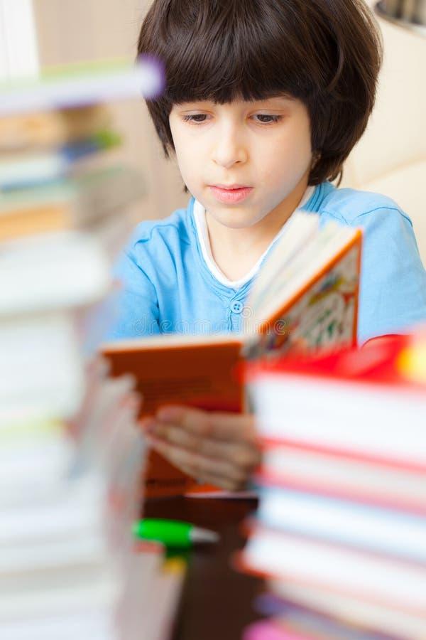 Ragazzo che legge un libro Fine in su immagini stock