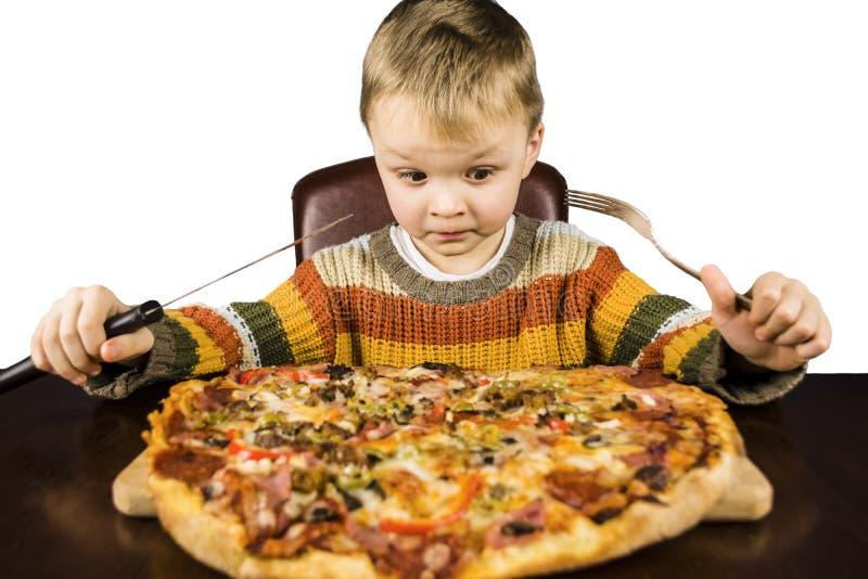 Ragazzo che mangia pizza immagini stock libere da diritti