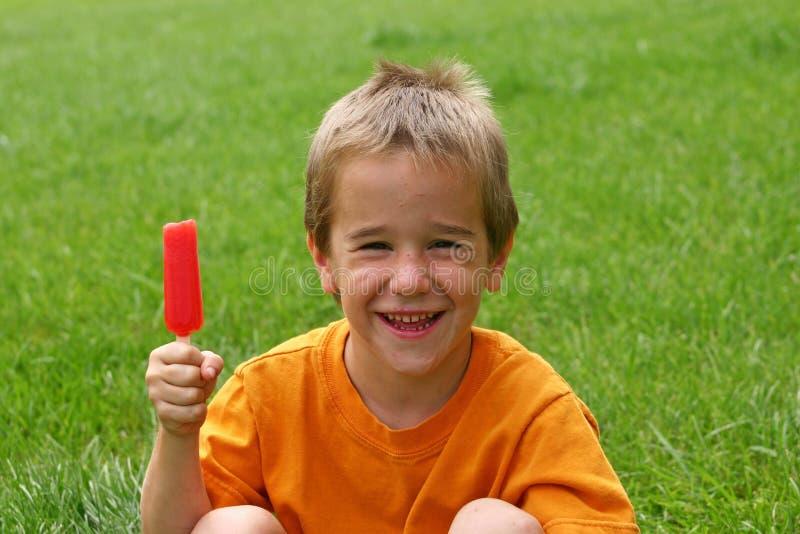Ragazzo che mangia Popsicle fotografie stock libere da diritti