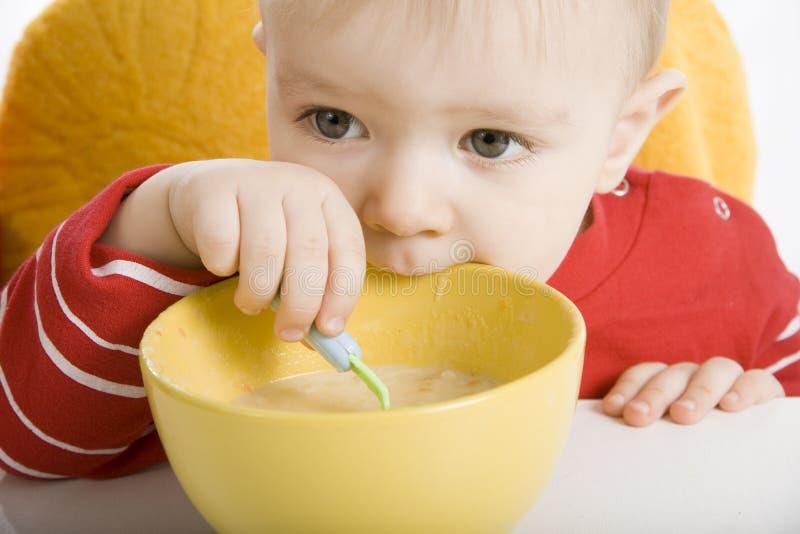 Ragazzo che mangia prima colazione fotografie stock libere da diritti