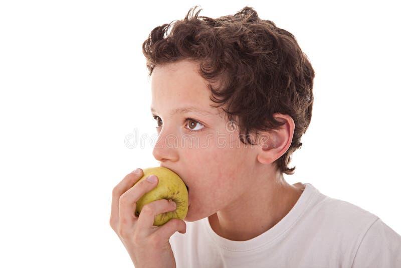 Ragazzo che mangia una mela verde immagine stock libera da diritti