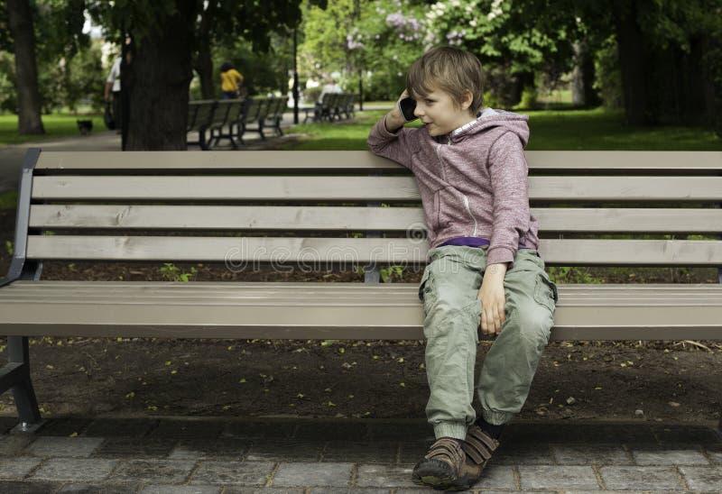 Download Ragazzo Che Parla Sul Telefono Cellulare Nel Parco Immagine Stock - Immagine di people, modello: 55350811