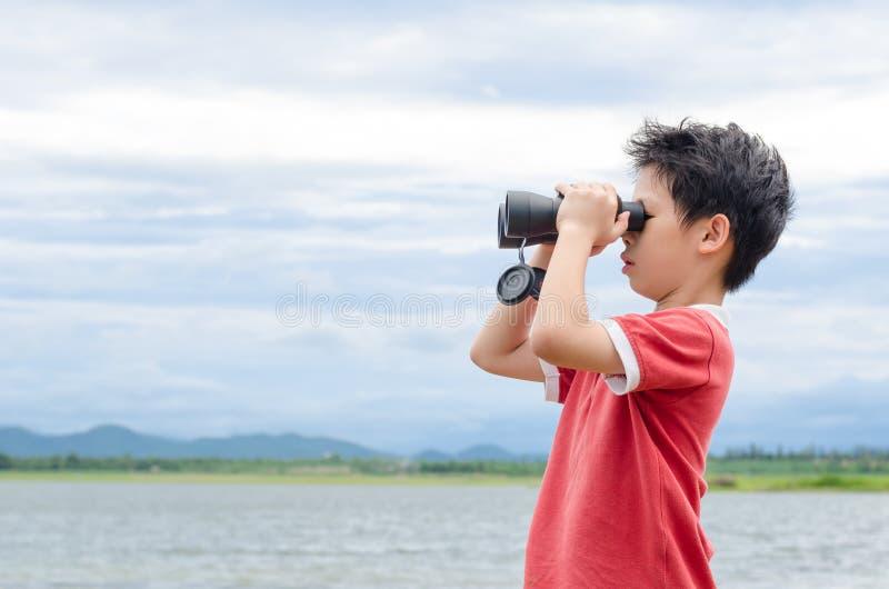 Ragazzo che per mezzo del binocolo vicino fotografie stock libere da diritti