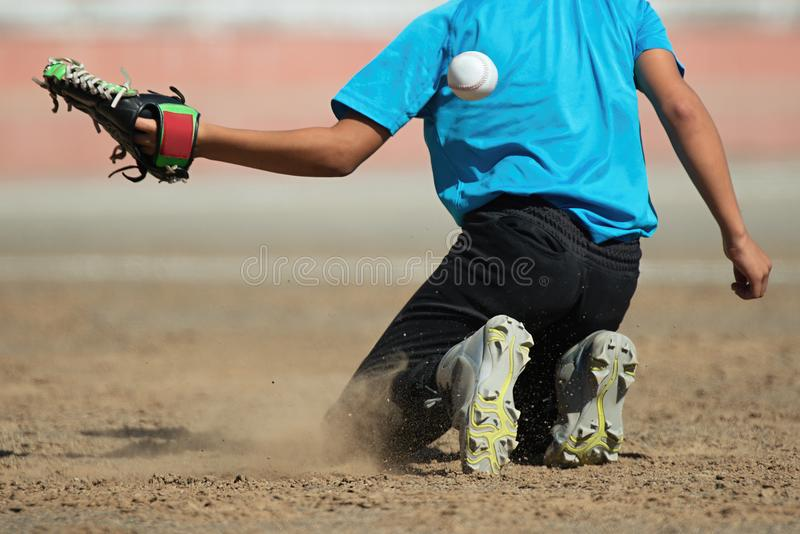 Ragazzo che prende un baseball no per prendere immagini stock
