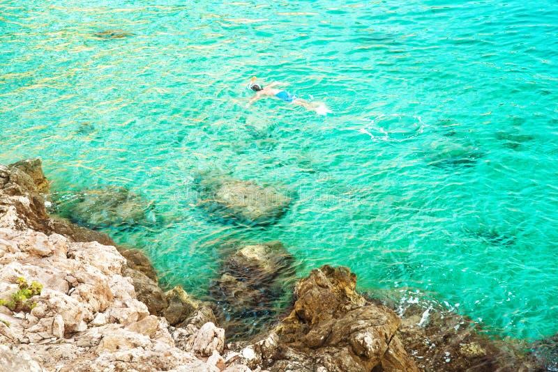 Ragazzo che si immerge nella chiara vista superiore dell'acqua blu immagini stock libere da diritti