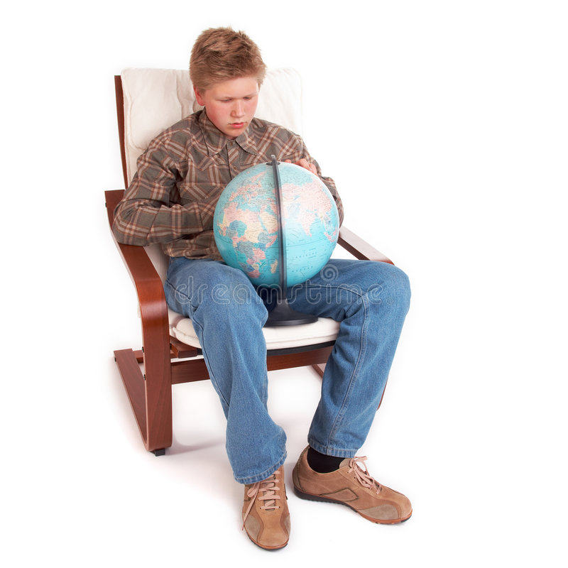 Ragazzo che si siede con il globo fotografia stock
