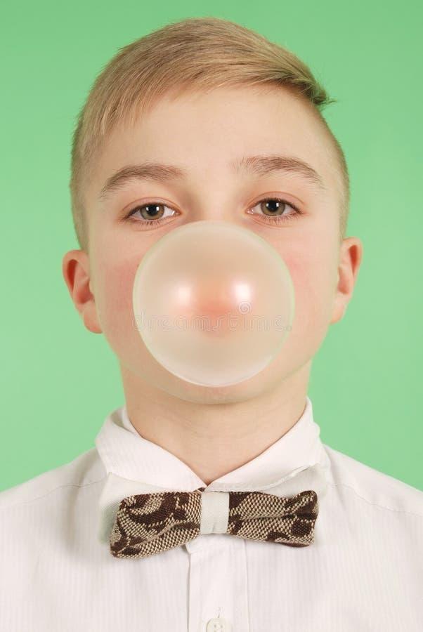 Ragazzo che soffia una bolla di bubblegum immagine stock libera da diritti