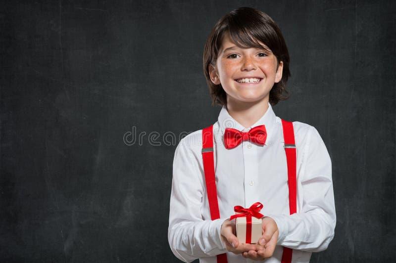 Ragazzo che tiene il piccolo contenitore di regalo fotografia stock