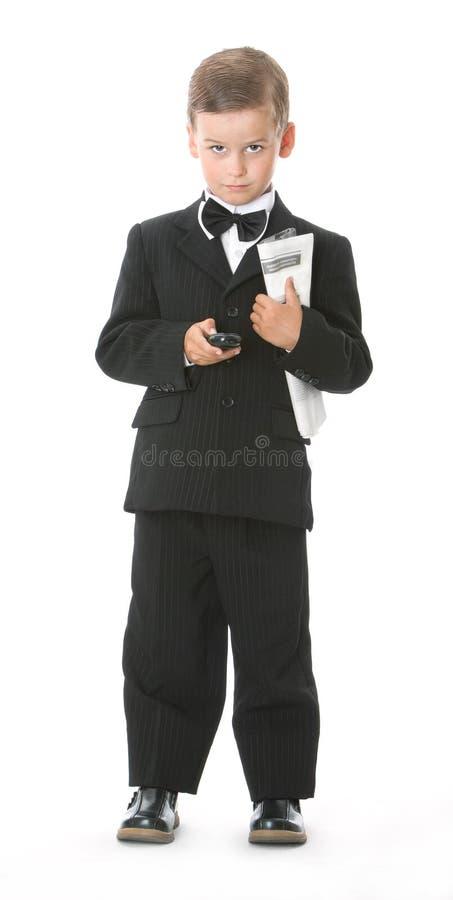 Ragazzo che tiene un cellulare e un giornale immagine stock libera da diritti