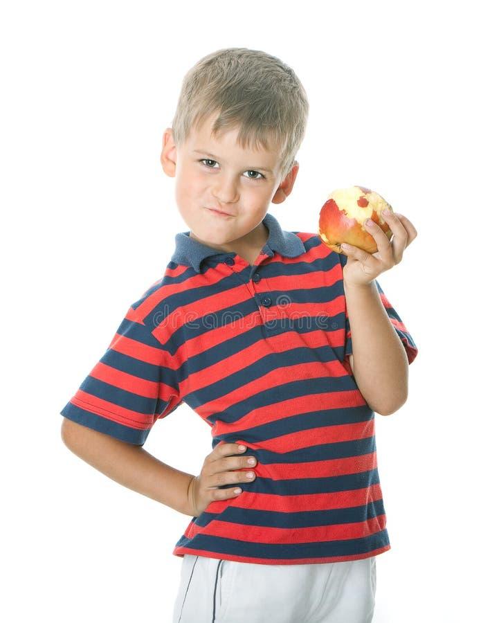 Ragazzo che tiene una mela fotografia stock libera da diritti