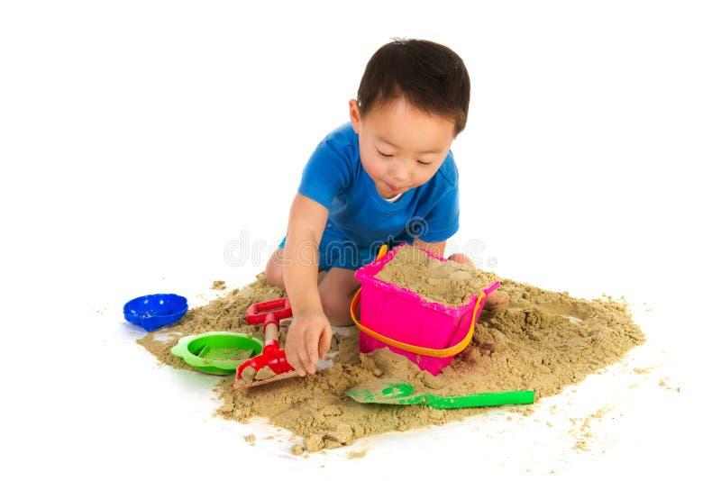 Ragazzo cinese che gioca alla spiaggia immagini stock libere da diritti