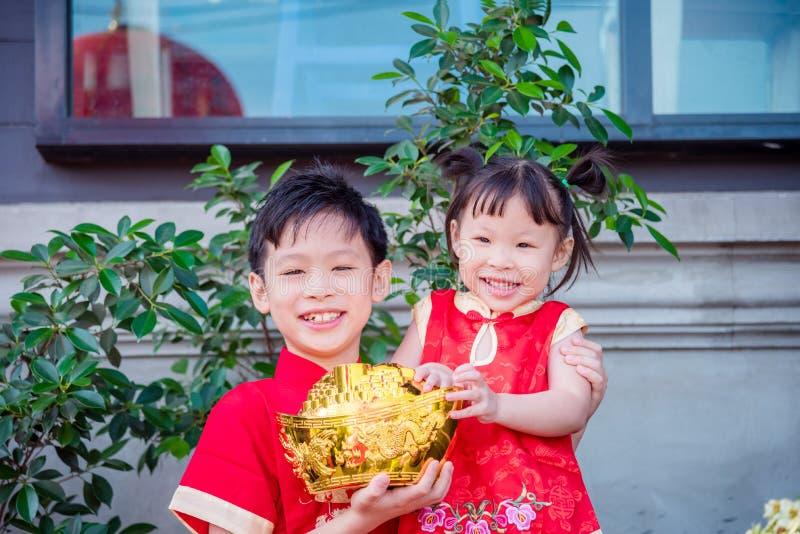 Ragazzo cinese e ragazza che portano vestito tradizionale immagine stock