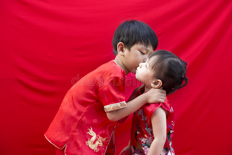Ragazzo cinese e ragazza in tradizionale fotografia stock