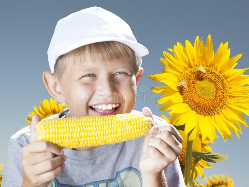 Ragazzo con cereale fotografia stock