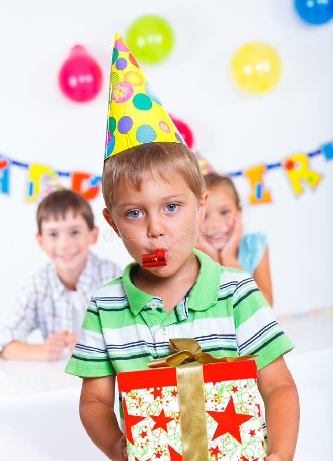 Ragazzo con giftbox alla festa di compleanno immagine stock libera da diritti