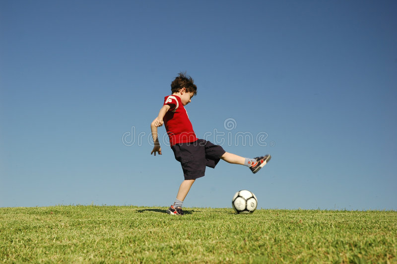 Ragazzo con gioco del calcio immagini stock libere da diritti