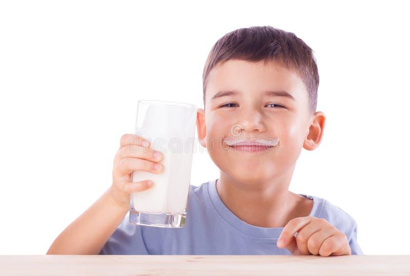 Ragazzo con i baffi del latte fotografia stock libera da diritti