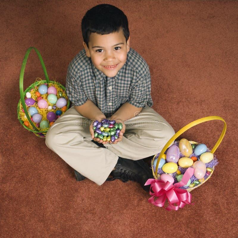 Ragazzo con i cestini di Pasqua. fotografie stock