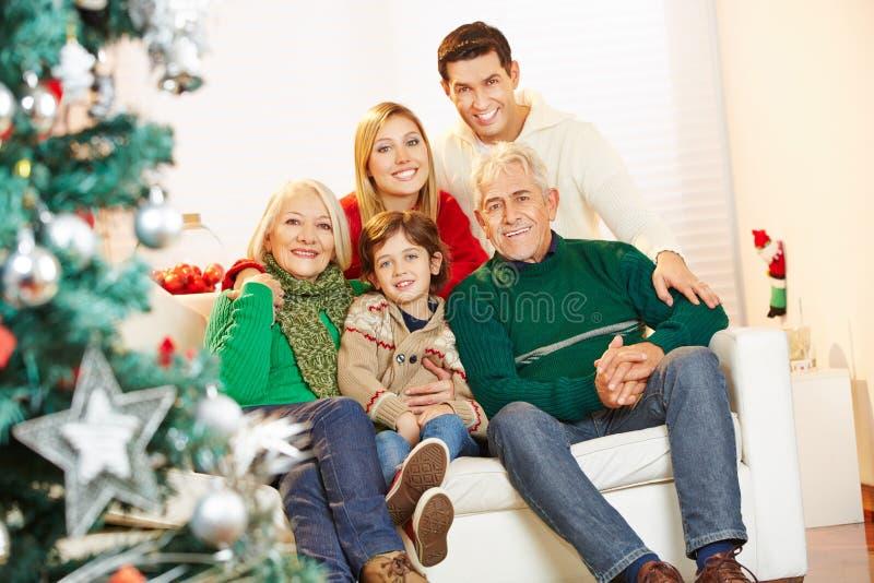 Ragazzo con i genitori ed i nonni a natale fotografie stock libere da diritti