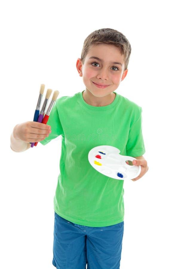 Ragazzo con i pennelli e la gamma di colori dell'artista immagine stock libera da diritti