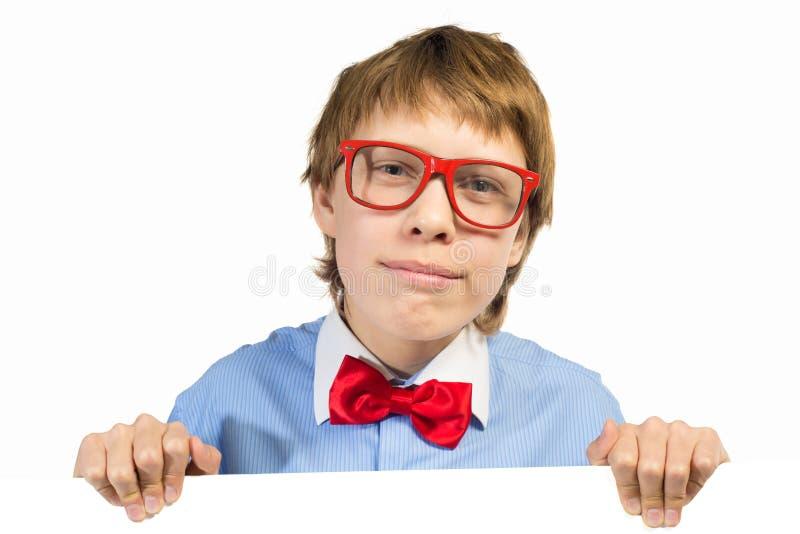Ragazzo con i vetri che tengono un cartello bianco fotografie stock